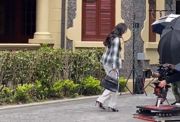 杨幂拍戏被偶遇,细高跟鞋夹缝里走路踉跄,助理连忙送平底鞋换上