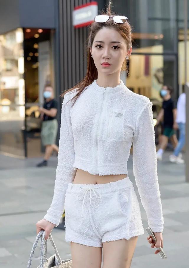 烂大街的短裤赶快扔掉吧,试试羊羔毛运动套装,与众不同的风格