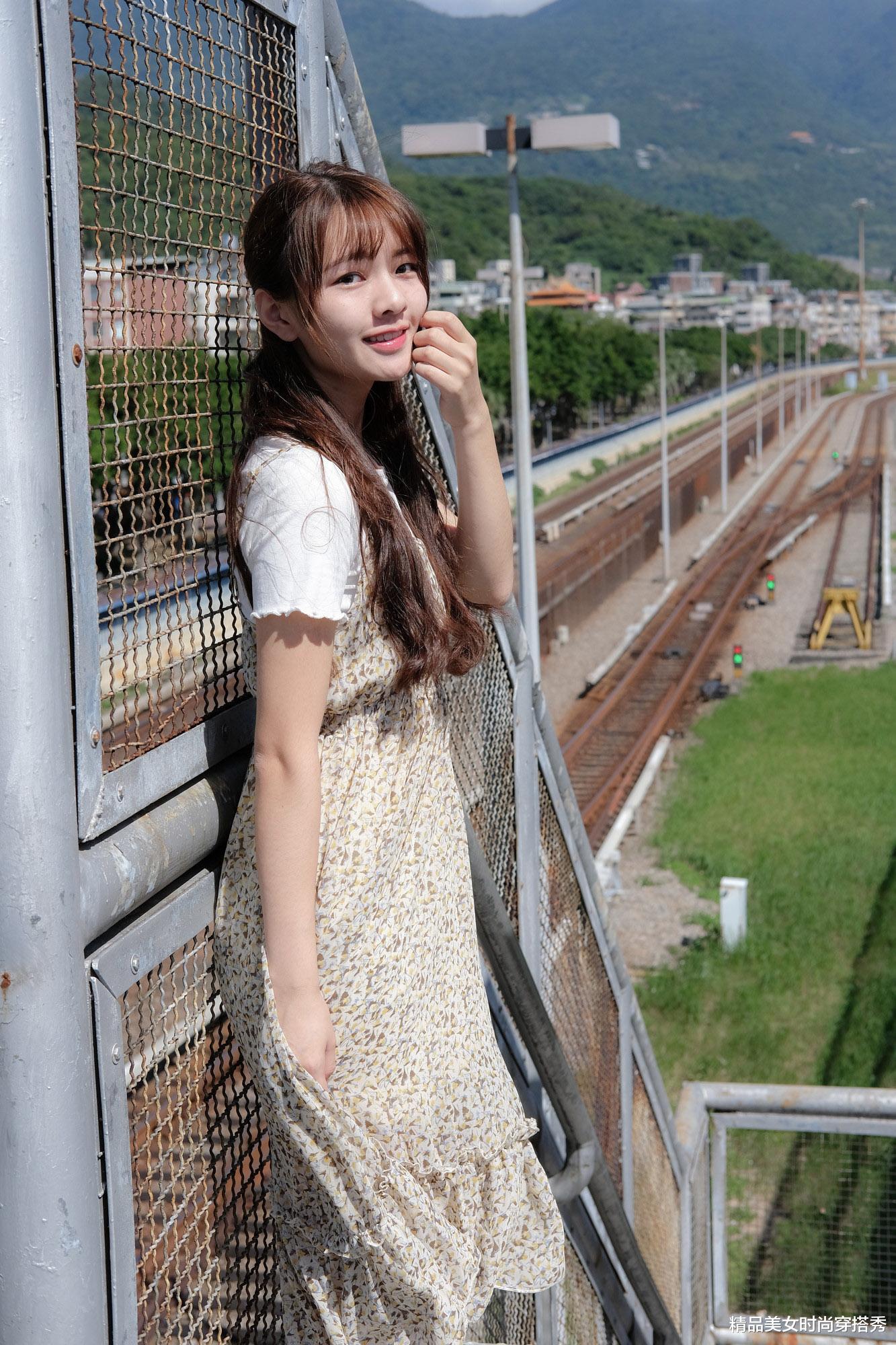 白色的T恤+碎花吊带裙,清新文艺少女风,满满的甜蜜少女感_娱乐化新闻