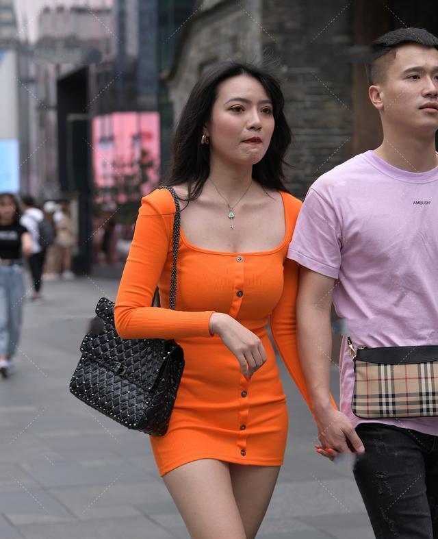 橘红色针织裙套装搭配玉石项链,性感明媚,温柔大气