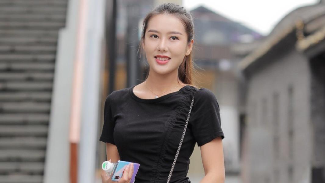 黑色连衣裙+黑色皮包显瘦显白,小白鞋活力满满,简单又好看