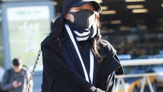 关晓彤机场穿搭,长款黑色毛呢大衣搭配日系中长靴,超级个性炫酷