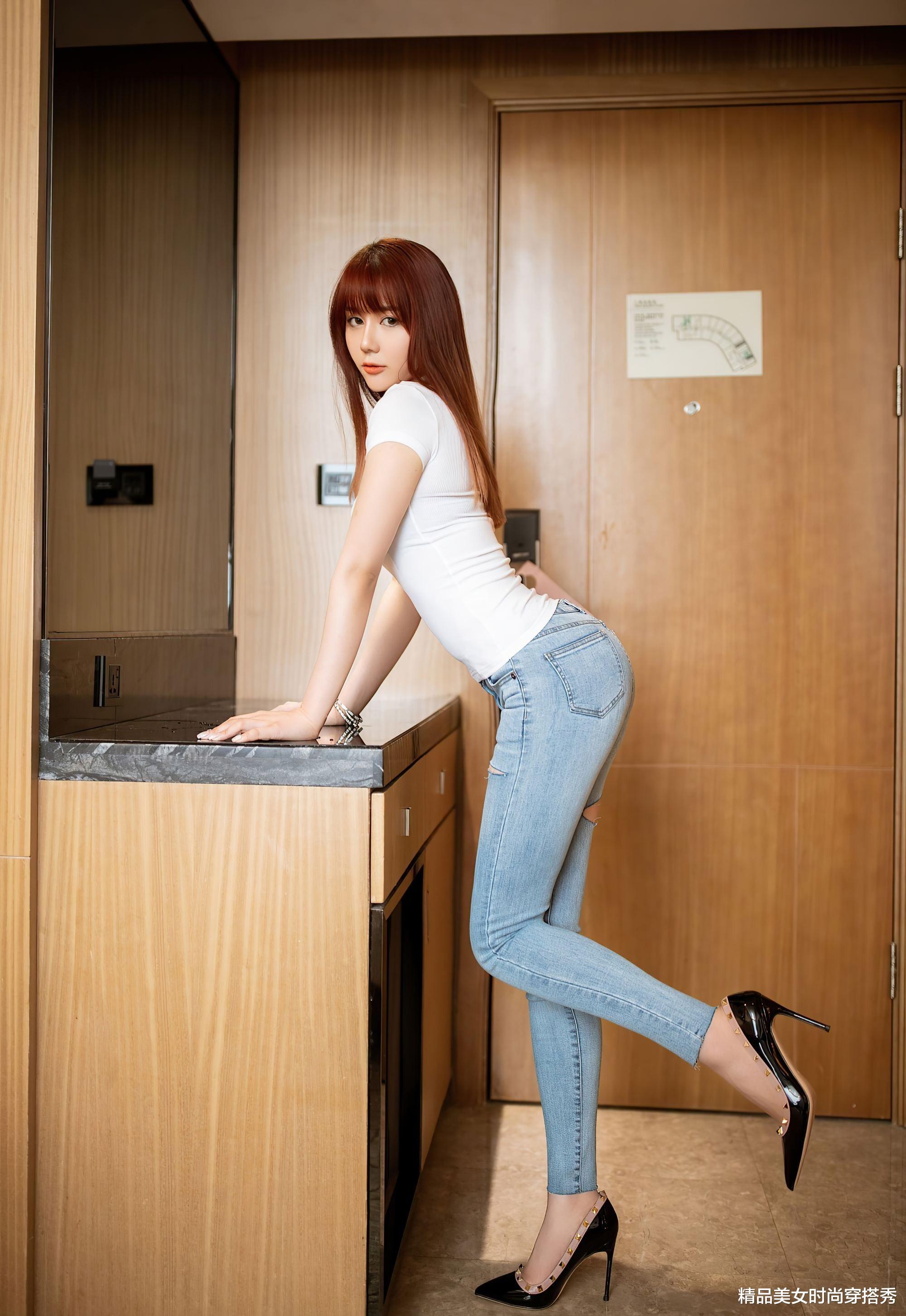 娱乐新闻腾_紧身牛仔裤穿起来恬静又随性,显高显瘦十分的减龄,满满的时尚范