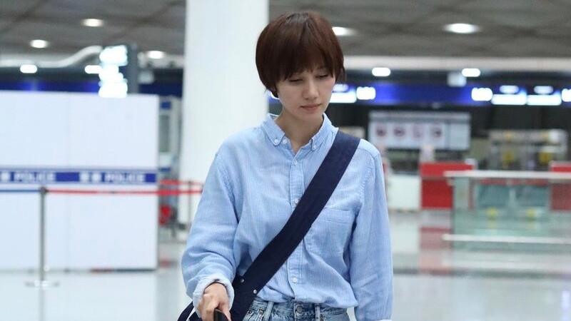袁泉这造型很会穿,吊带背心+七分裤变身美少女,一下子年轻不少
