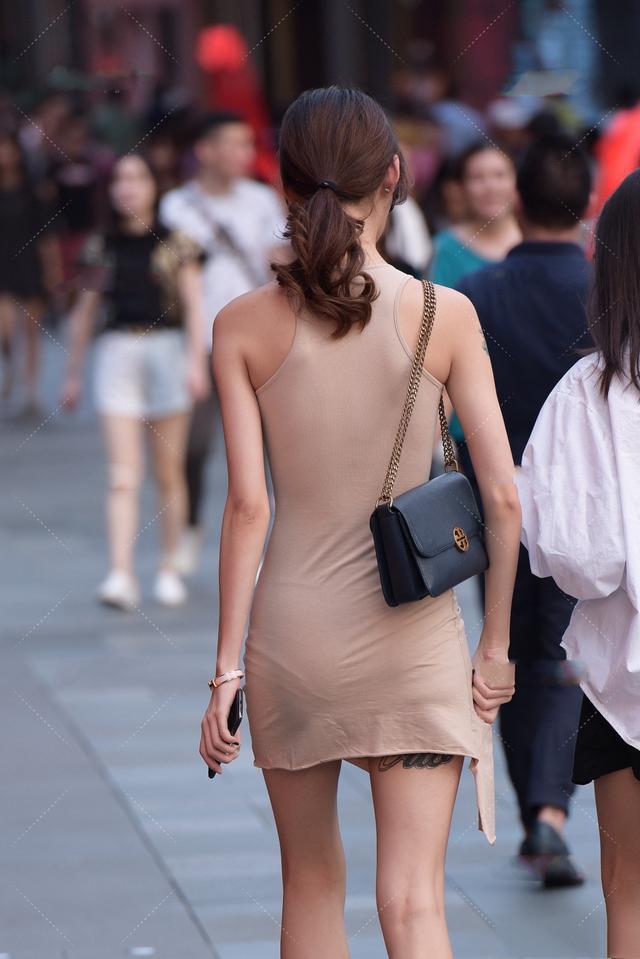 小麦色连衣裙搭配浅绿色平底鞋,清新时尚,尽显自然美感