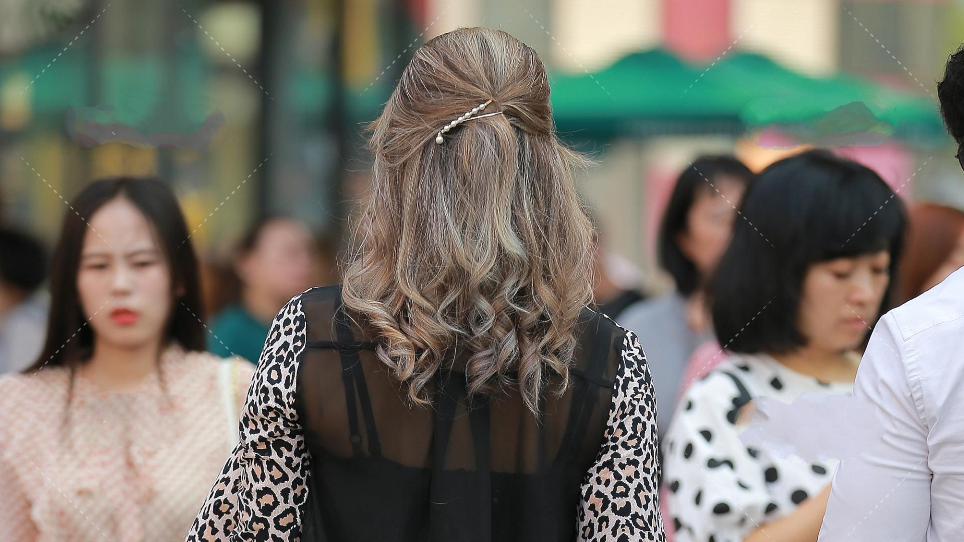 豹纹无领开衫外套内搭黑色内衣,将欧美女性的野性爆发出来