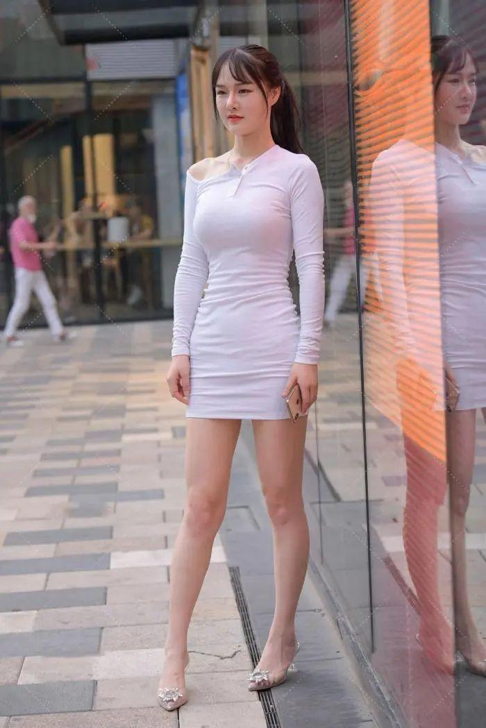 气质女孩就爱穿裙子,一身白色包臀裙搭配,轻松凸显迷人好身材
