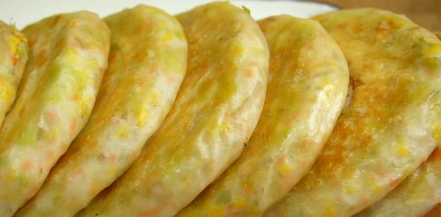 冬天吃点白菜馅饼,不发面不烫面,皮薄馅大,柔软又筋道,真香