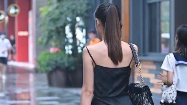 别致的真丝短裙,小吊带看起来就像是挂上去的