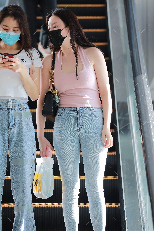 淡粉色小上衣搭配浅色牛仔裤,配上独特设计的高跟鞋,简约大方