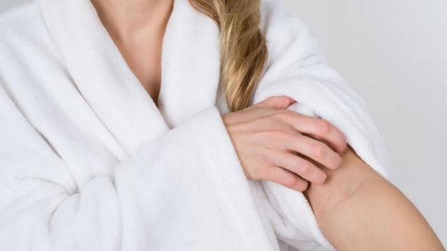 年岁大了,明显刚洗过澡,仍是以为满身发痒,该怎样办?