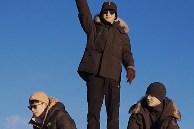 王俊凯旅游玩嗨了,素颜和路人打雪仗,颜值变化太大无人认出