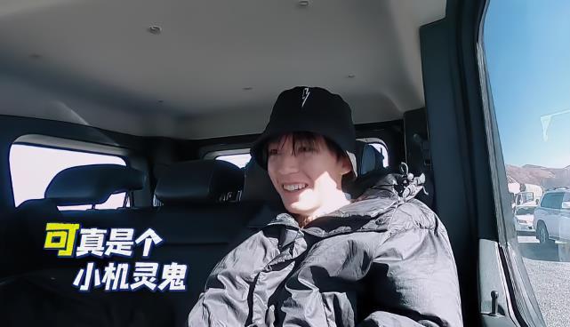 王俊凯打开行李箱找衣物,箱子内部结构暴露个性,不愧是TF领头人