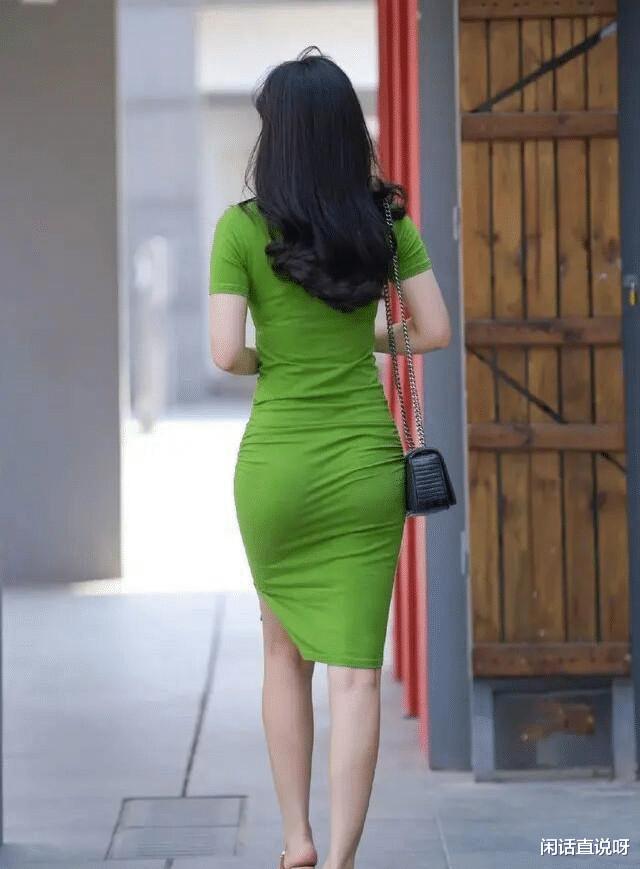 简单修身的连衣裙穿搭,慵懒风格中还带着女人味,堪称示范模板