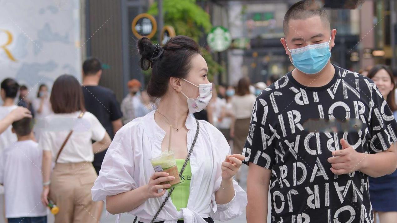 抹茶绿内搭,清新自然,外搭白色休闲开衫,简单大方