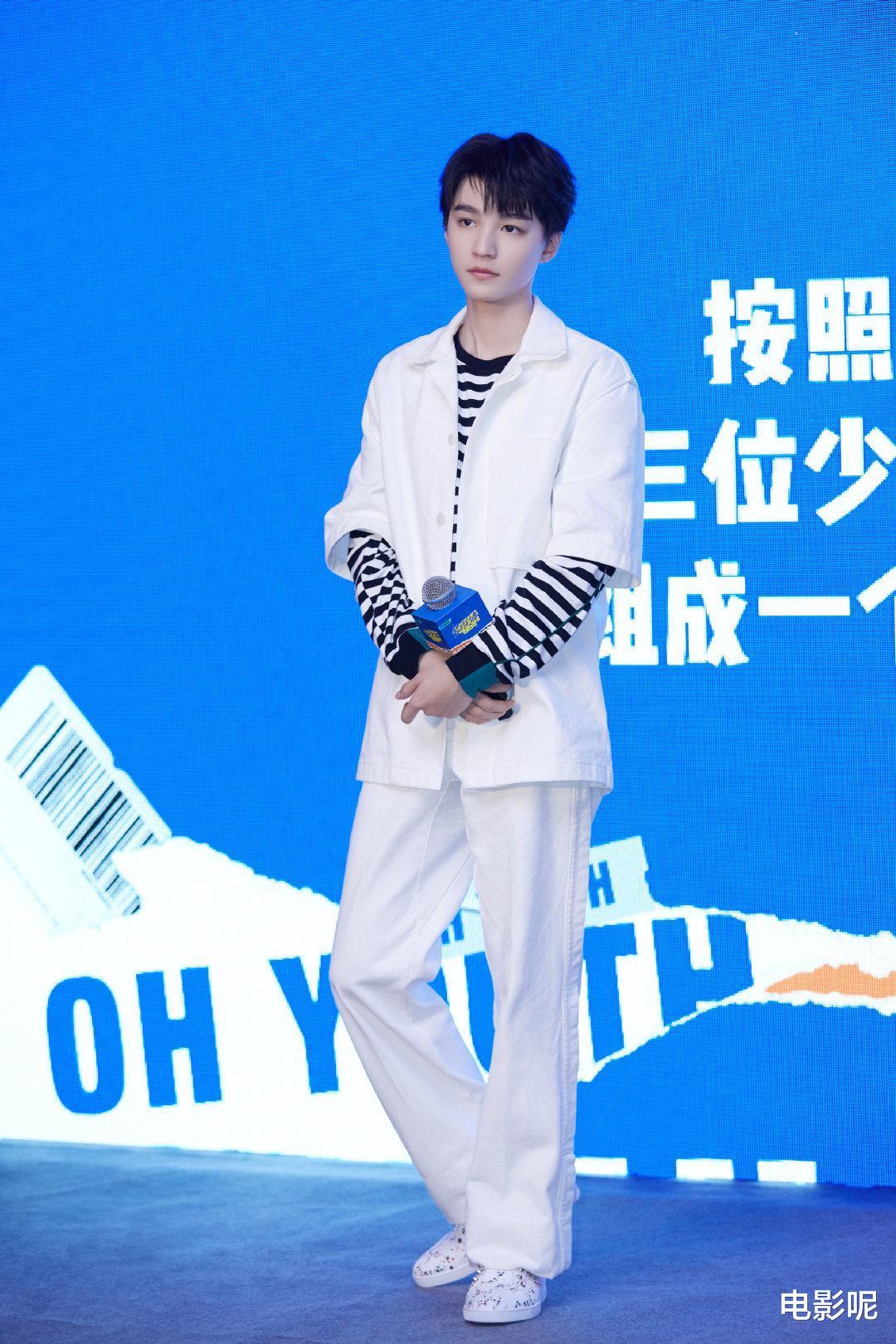 王俊凯新戏好羞耻,在大街上拉绿幕拍摄上厕所的戏份,绝了!