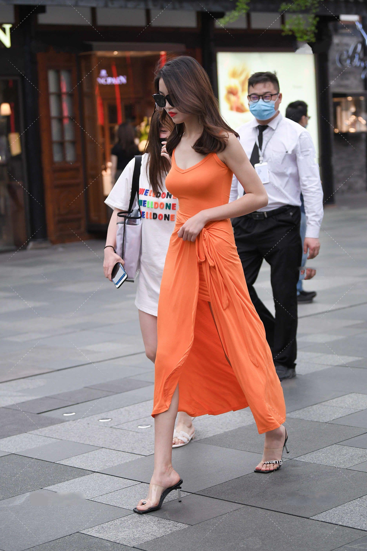 一袭橘色连衣裙,不仅衬得皮肤白皙,还显得优雅浪漫