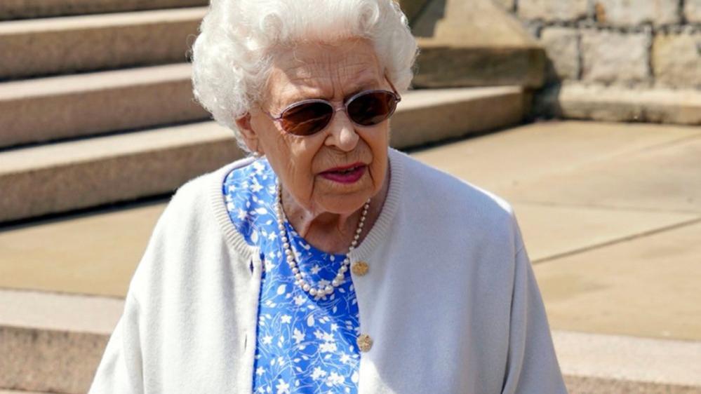 """英女王才是时髦的女人,穿蓝色""""碎花裙""""配针织开衫,大气又减龄"""