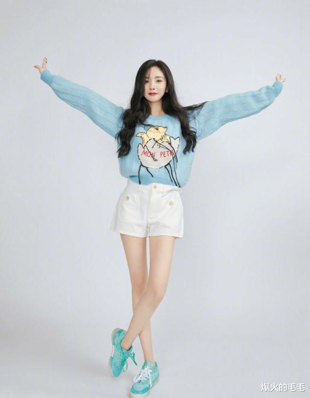34岁杨幂又装嫩,蓝色毛衣配白短裤,剪刀手太可爱了!