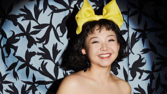 辣目洋子颠覆审美标准,小眼睛大圆脸,穿黄色抹胸裙却意外时髦