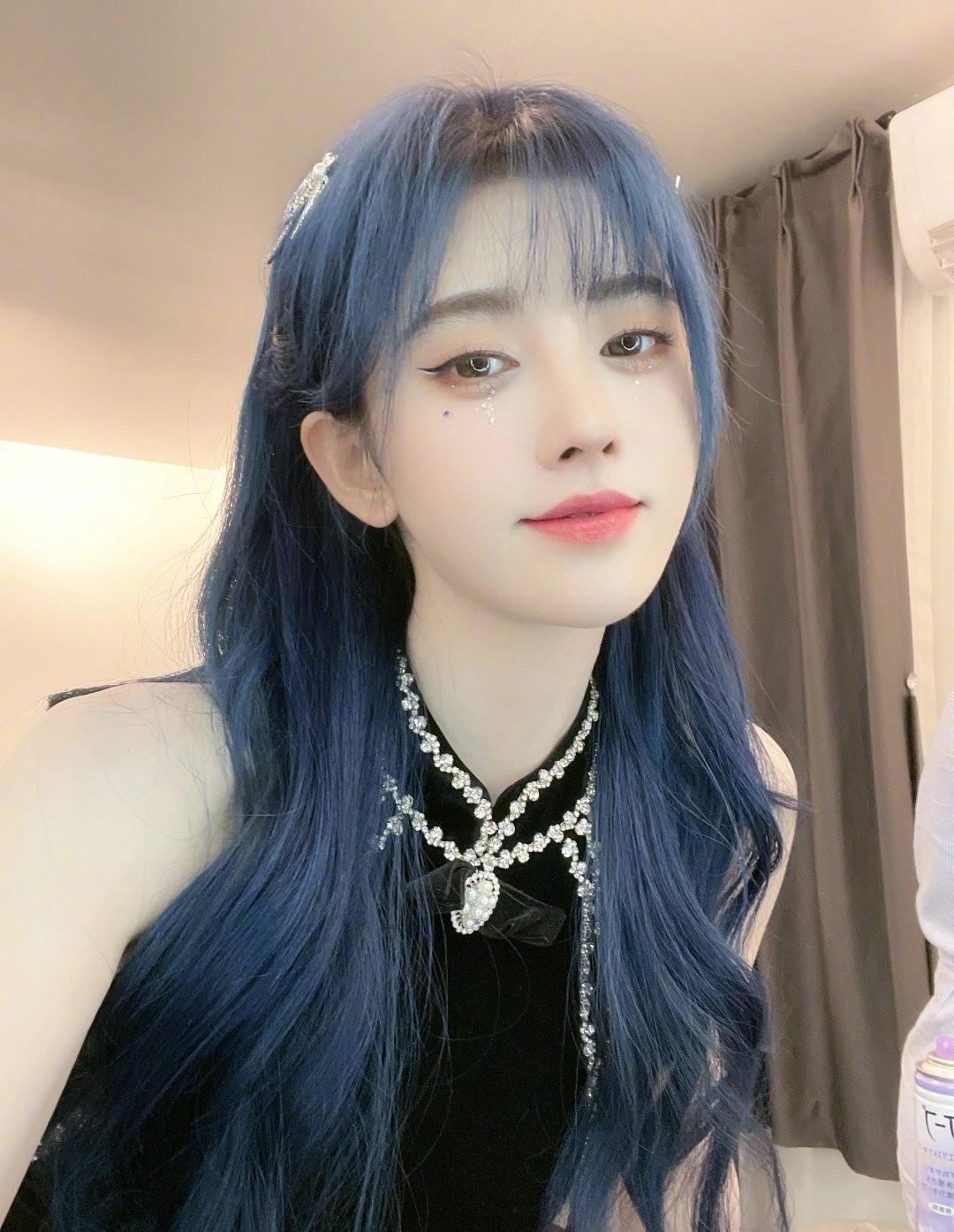 鞠婧祎本性实足的蓝发外型,新粉看了都夸冷艳