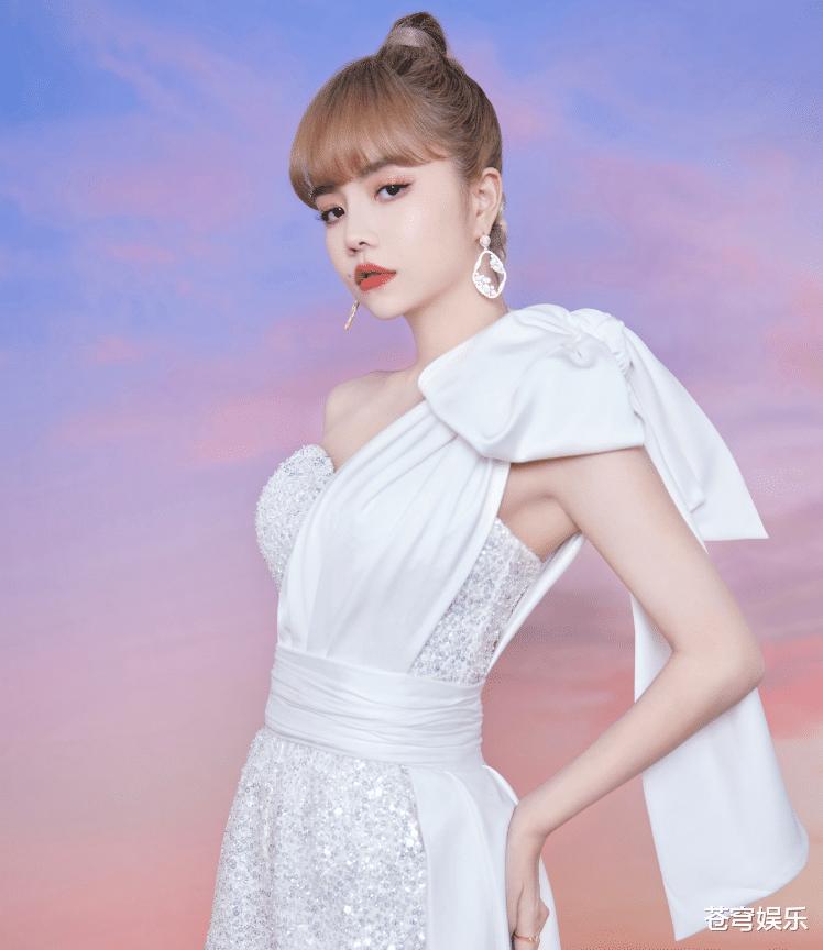 THE9演唱会纯白造型,全员统一白色服装,只有刘雨昕有些不一样!