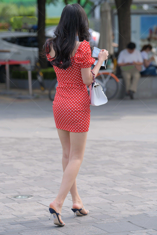 红色连衣裙甜美可爱,泡泡袖设计独特有气质,手提白色包很高级