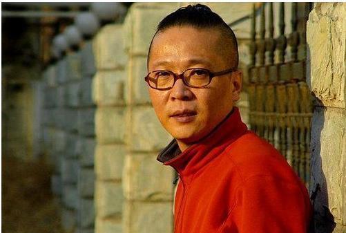 他凭歌曲《小芳》走红,却被央视封杀3年,沉寂20年娶小芳本人