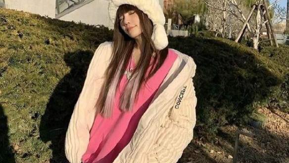 """李小璐""""扮嫩""""!粉色卫衣套装搭配白色灯芯绒棉服,真是甜美又吸睛"""