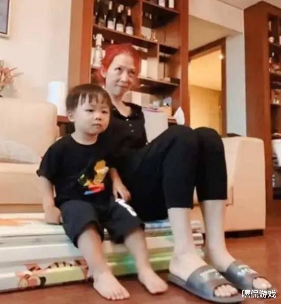 48岁蔡少芬近况,素颜在家陪儿子游玩被指像奶奶,生孩子损伤大