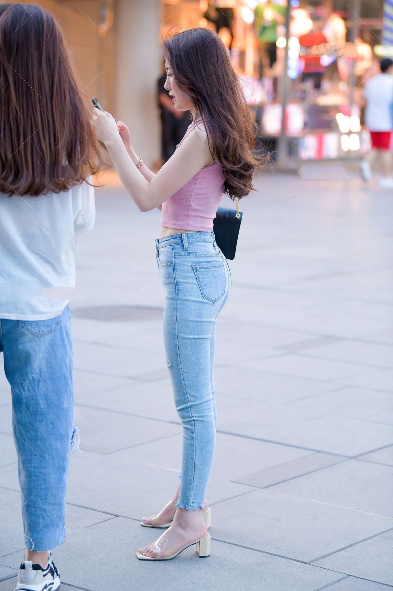 宽肩带粉色背心搭配浅蓝牛仔裤,青春靓丽,时尚潮流