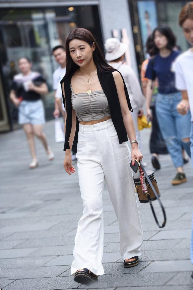 时尚又有女人味的搭配,小衫配阔腿裤,优雅又有风度