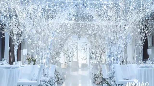 当纯净白邂逅晶湛蓝,就呈现出了一场清澈优雅的婚礼