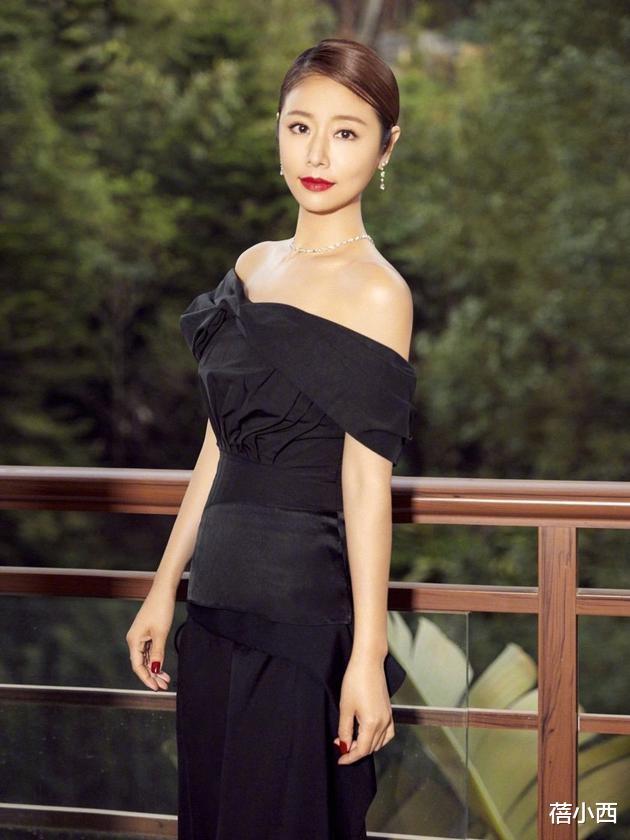 林心如不愧是霍建华的老婆,连土味条纹紧身裙,都穿出了国际气质
