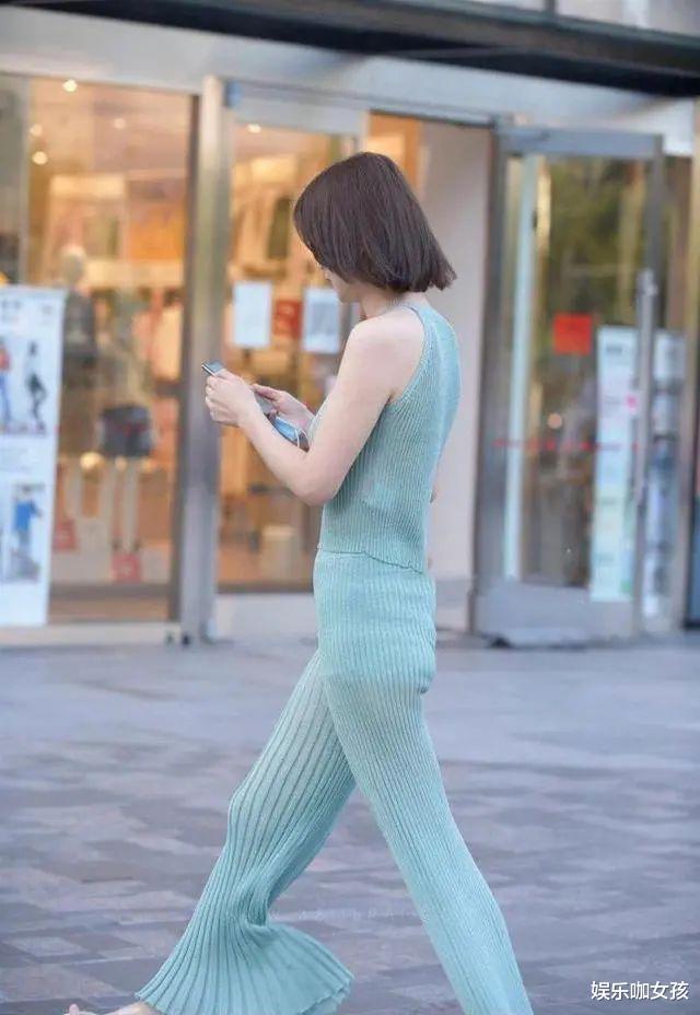 时尚穿搭针织套装,蓝色款式清纯又舒适,散发女性的专属魅力