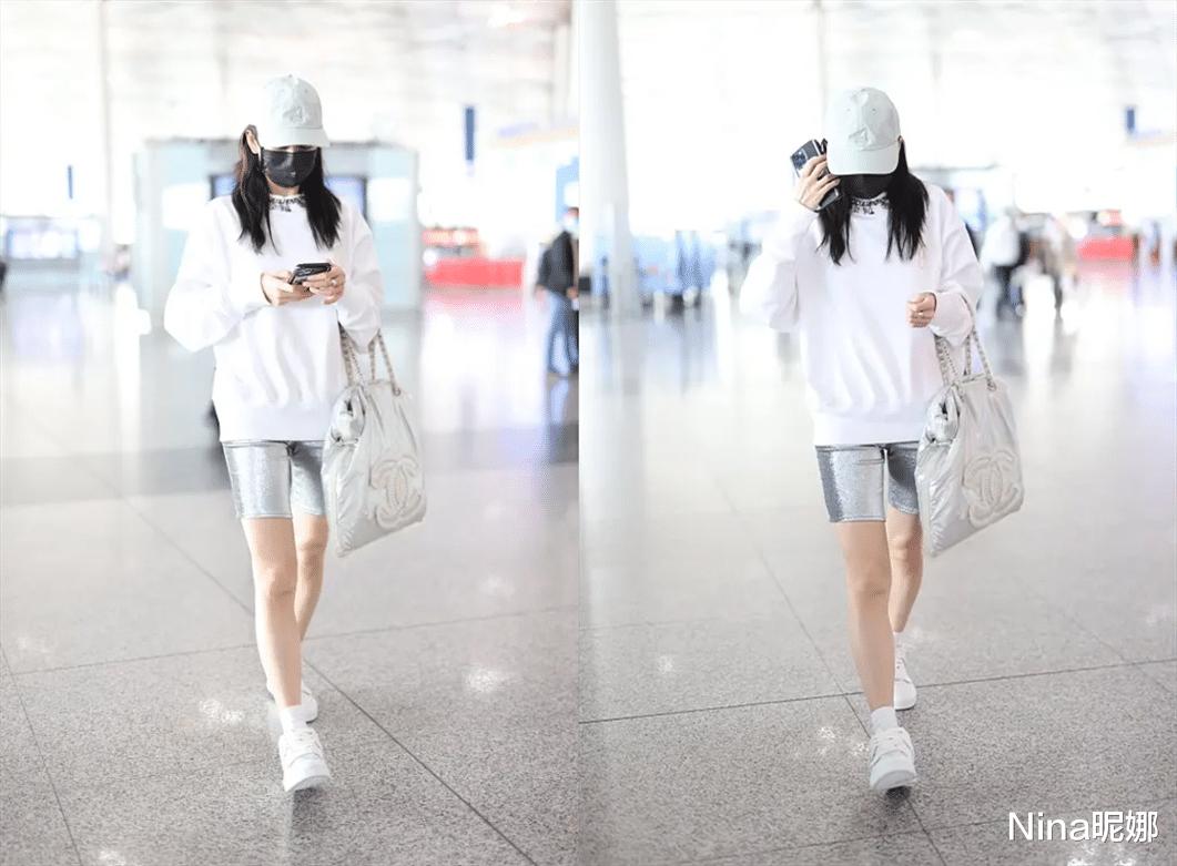"""39岁王鸥成团后比杨幂还""""大胆"""",穿荧光银健美短裤走机场,这打扮女星里少见"""