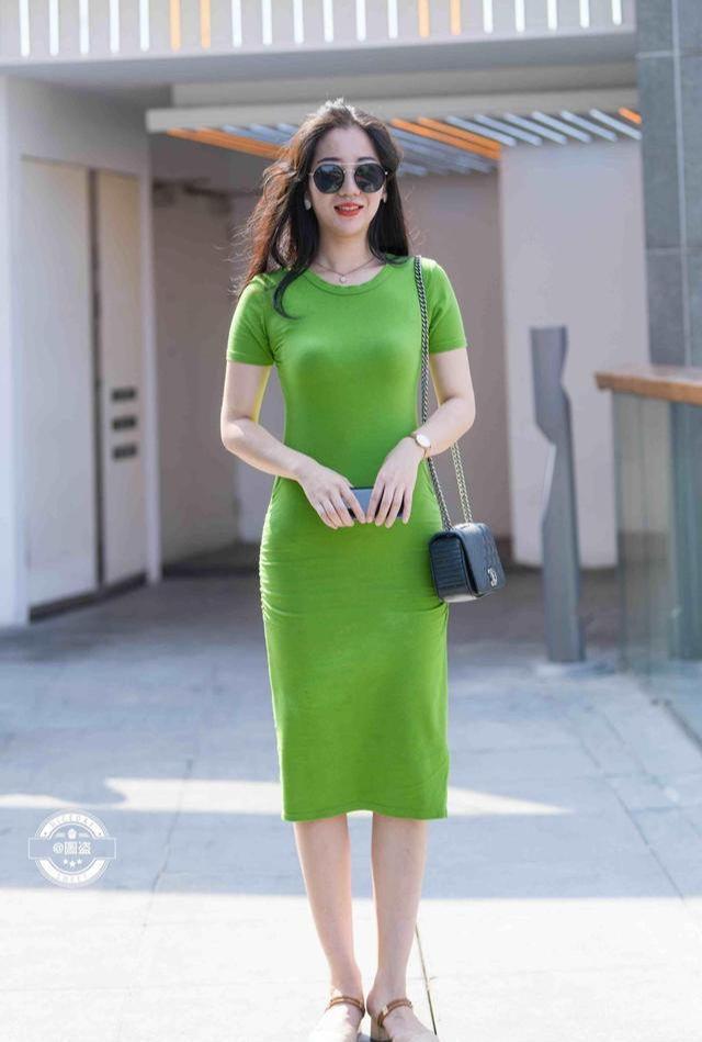 绿色针织连衣裙,经典穿搭,双腿显得又细又长_娱乐娱乐新闻