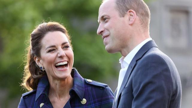 凯特王妃穿8千新风衣,扎起马尾显活泼,女王借给她奢华耳环