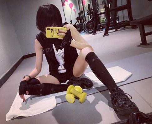 娱乐化新闻_她曾在成龙影戏中完成极限动作,健身多年后,腿功依然不减昔时!