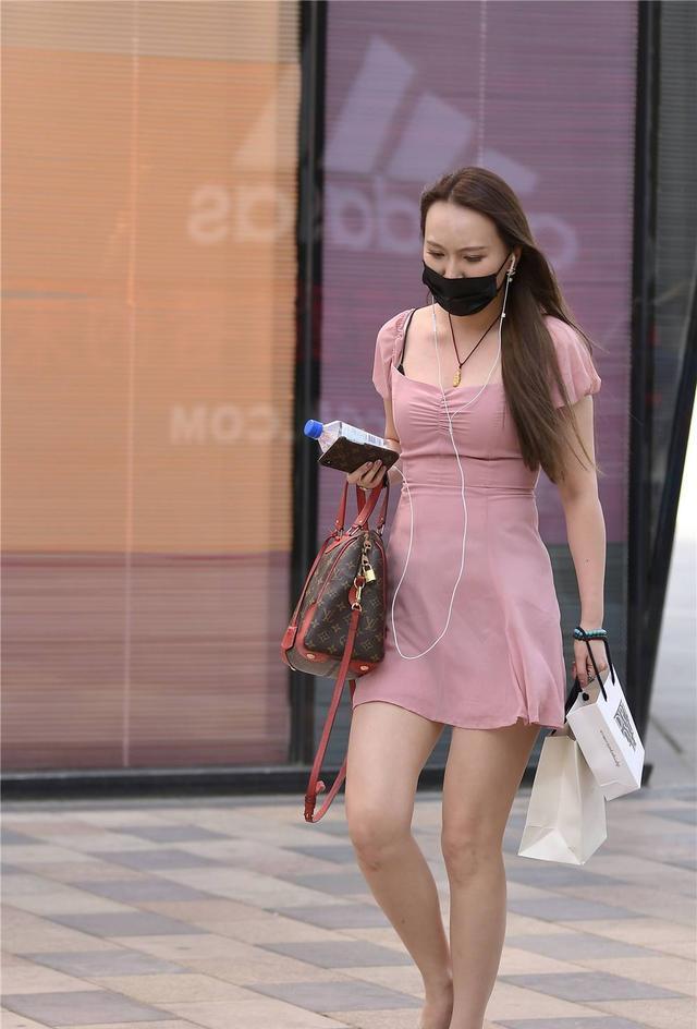 粉红色的连衣裙,半袖设计更有显瘦效果,搭配尖头细跟凉拖