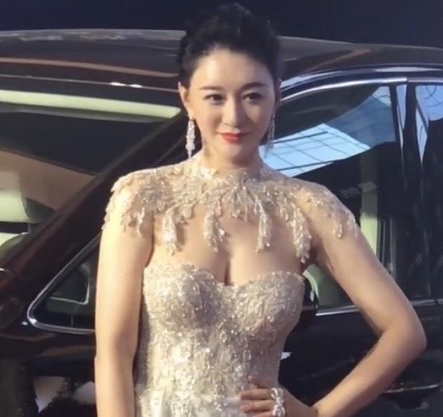 45岁李小冉开始学刘嘉玲,拼命性感!