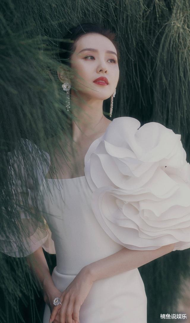 路人镜头下的刘诗诗有多美?身穿纱裙大秀香肩,气质优雅好惊艳_娱乐明星新闻