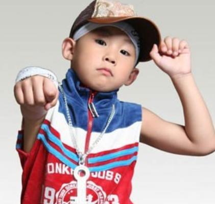 9岁与周杰伦登春晚,父母为他卖掉房子,侯高俊杰如今怎么样了?