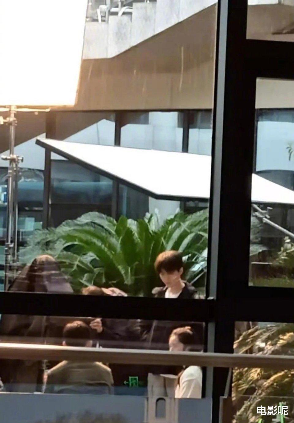 王俊凯和张译包厢喝咖啡!粉丝get王俊凯的杯子,结果让人意外