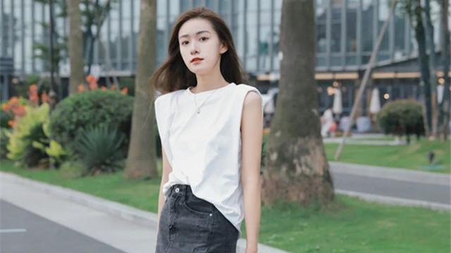 若你个子比较矮,又不会打扮,试试T恤+半身长裙,干净利落还显高
