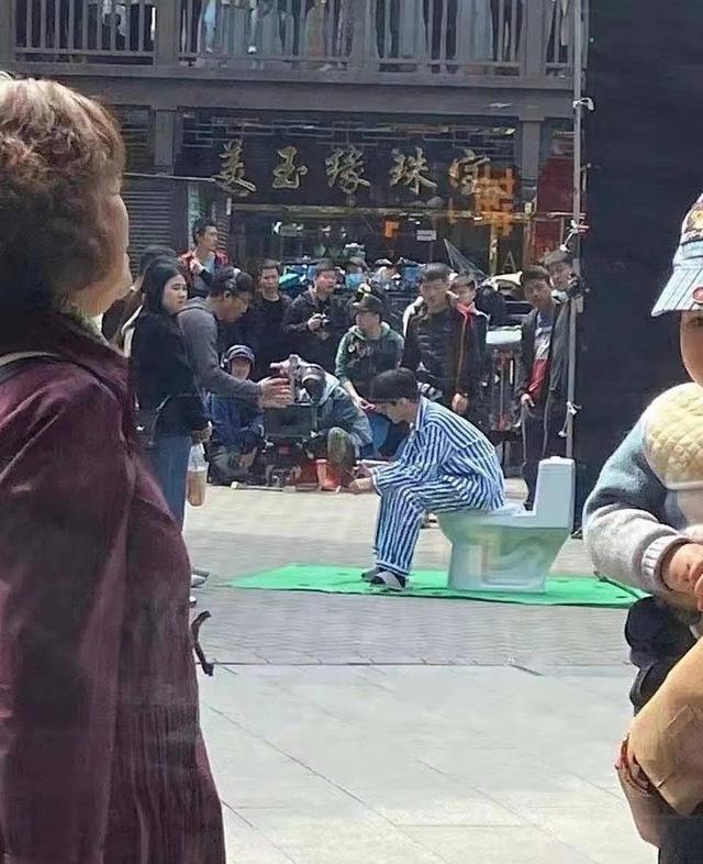 笑yue了!王俊凯《重生之门》路透大庭广众坐马桶