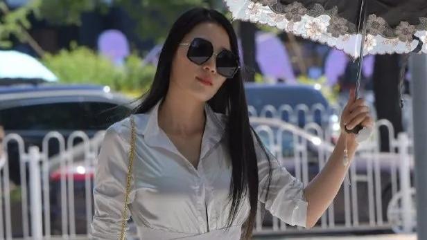 亮白色束腰衬衣,搭配亮瞎眼的短款潮裤,时尚迷人又有型
