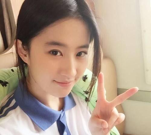 """4位""""穿校服""""最美女星,刘亦菲杨幂上榜,而她是高中生专业户"""