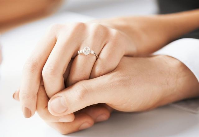 男伴侣的怙恃没和我家商量就定下婚礼日期,而且甚么都没商量,没求婚没定亲,我该怎样办?