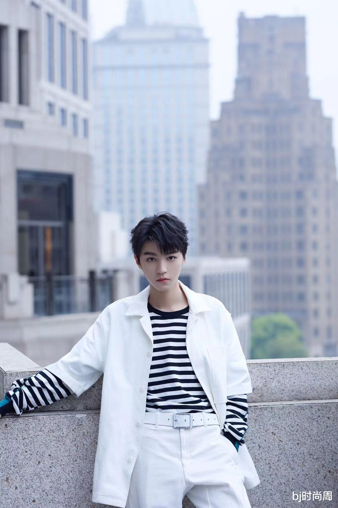 王俊凯挺会穿,条纹t恤+白色衬衫,很有阳光大男孩风格